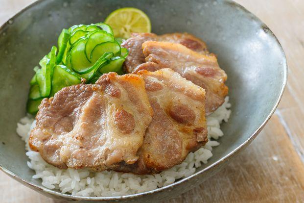 塩漬けにした豚肉を厚めにスライスし、ごま油とにんにくで焼いたスタミナ丼は、男性も満足の食べ応え。塩もみしたきゅうりをたっぷりと添え、すだちをぎゅっと絞っていただいて。