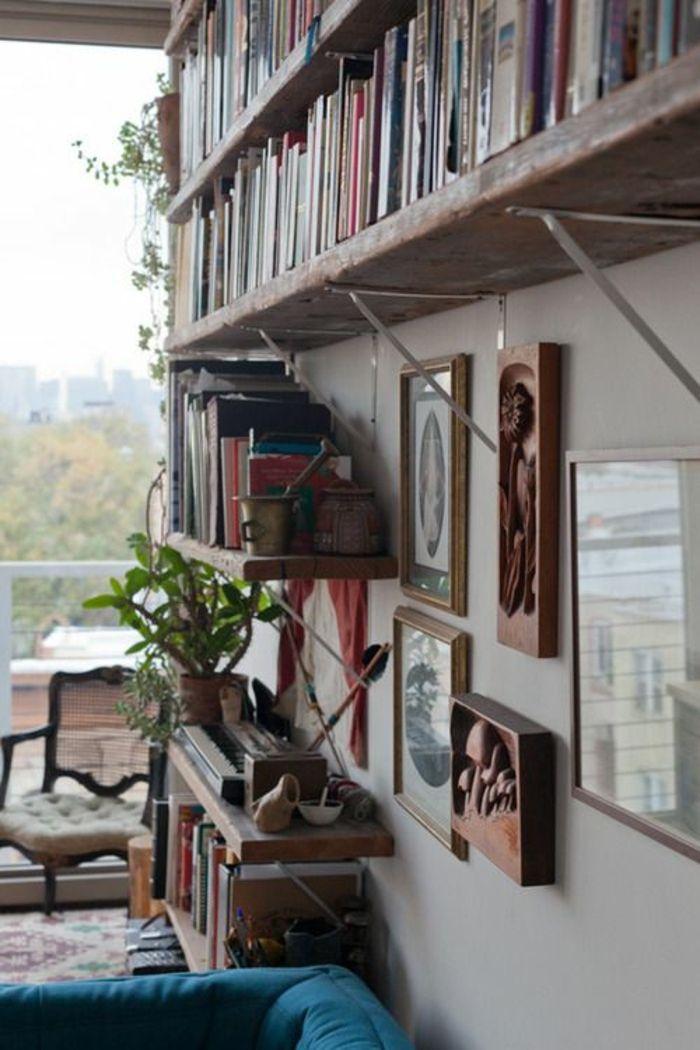 un salon de style rétro, fenetre grande, étagère en bois murale, livres, plante verte