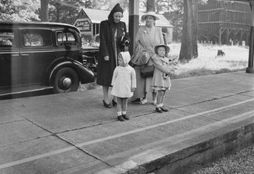 Een historisch moment: Voor de eerste keer, de vorst van Nederland, koningin Wilhelmina en haar dochter, prinses Juliana en haar kinderen, prinsessen Beatrix en Irene komen in de Stockbridge Station, Stockbridge, Massachusetts met een speciale trein op 24 juni 1942. De familie zullen verblijven in een telgang Berkshire herenhuis aan Lee, Massachusetts ..