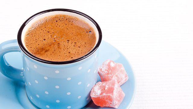 قهوة تركي بالحليب تعرفي على سعراتها الحرارية وطرق تحضيرها مجلة رقيقة Turkish Coffee Coffee Works Milk Recipes