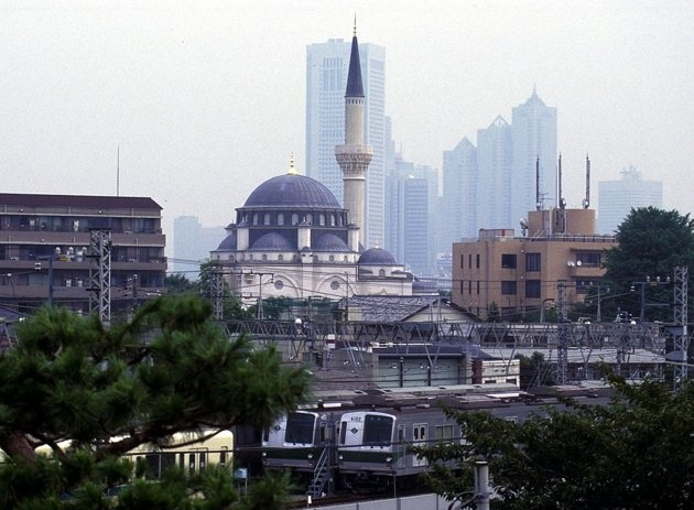 Exterior view of the Tokyo Mosque, the construction of which was completed in 2000.