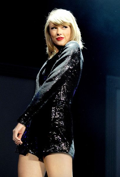 Taylor Swift Photos - Taylor Swift Performs at The '1989' World Tour Live in Manchester - Zimbio