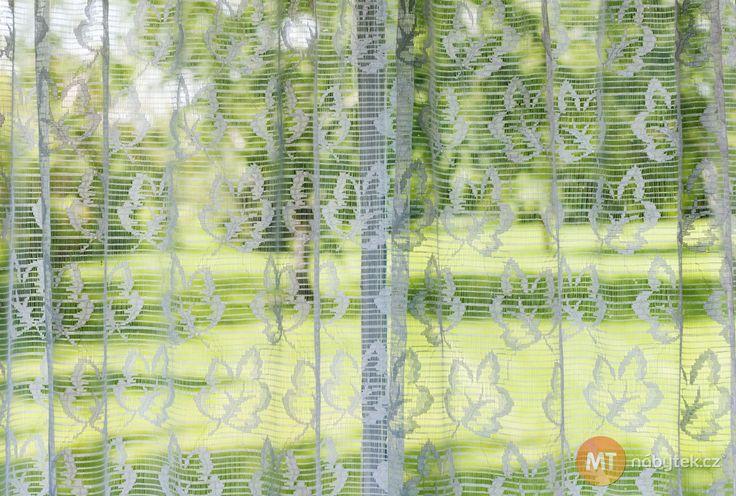 Takto bílé záclony získáte, když do pračky přidáte bavlněný sáček se skořápkami. Foto: ©Depositphotos.com/elenathewise