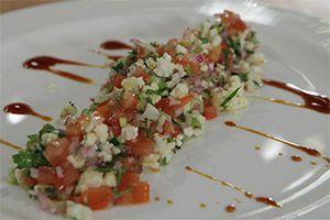 Από τον Chef Δημήτρη ΤσανανάΗμέρα προβολής 26/11/2013. Πατήστε εδώ για να δείτε τη συνταγή.ΥΛΙΚΑΓια 1 άτομο 20 γρ. μαϊντανό 10 γρ. φρέσκο κρεμμυδάκι 10 γρ. ξερό κρεμμύδι ½ ντομάτα 100 γρ. ανθό ωμού κουνουπιδιού Αλάτι-πιπέρι 30 ml ελαιόλαδο Άλτις Χυμό από ½ λεμόνι 10 ml πετιμέζι ΕΚΤΕΛΕΣΗ Κόβουμε με το μαχαίρι τον ανθό του κουνουπιδιού, …