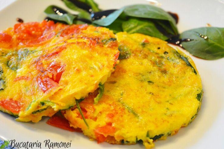 Ca să fim lejeri la început de week-end vă propun o delicioasă frittata. Rețeta e foarte ușoară iar rezultatul este foarte atractiv vizual și extrem de gustos. Dați click pe acest link pe mai multe detalii:   http://bucatariaramonei.com/recipe-items/frittata-cu-spanac-ardei-si-rosii/ #frittata #omlet #omlette #oua #spanac #spinach #italianfood