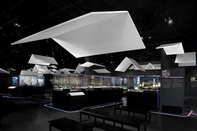 JAPAN_Tradition_ Innovation / 多様な展示物を「屋根」の大きさと高さによって仕切る会場構成