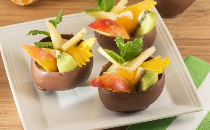 Chocoladebol met pudding en vers fruit