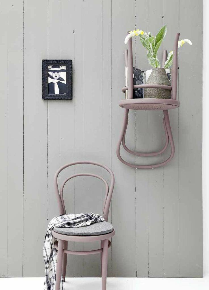 DIY re-use. Meubels opknappen hergebruik van oude stoelen aan wand bevestigd.