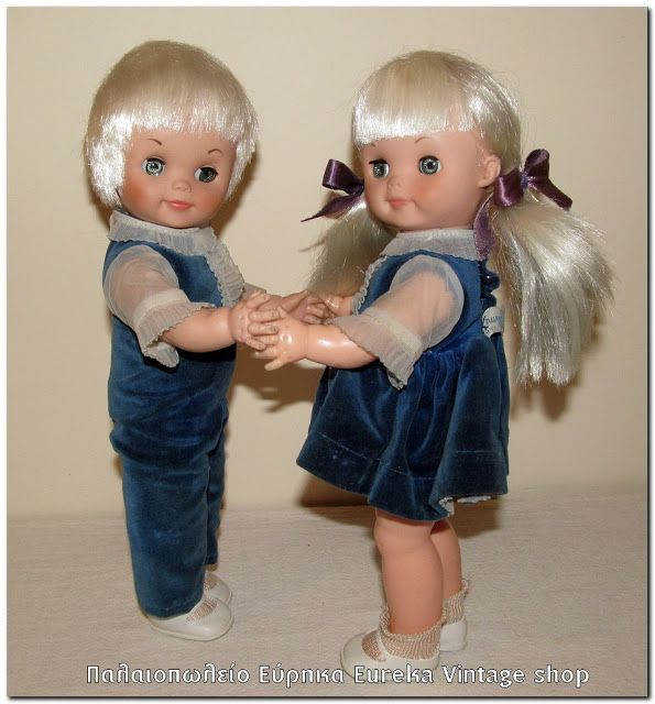 Ζευγάρι αμερικάνικες κούκλες από την δεκαετία του 1970's. Πολύ γλυκά και όμορφα, φτιαγμένα από σκληρό πλαστικό και καουτσούκ από την εταιρία Krueger. Και τα είναι σε πολύ καλή κατάσταση. Όλα τα μέρη κινούνται, τα μάτια ανοιγοκλείνουν. Έχουν ύψος 30εκ.