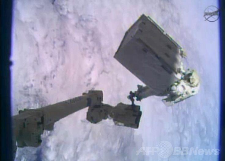 国際宇宙ステーション(International Space Station、ISS)で、冷却システム装置を修理するため船外活動を行う米国人宇宙飛行士のマイク・ホプキンス(Mike Hopkins)さん(2013年12月24日撮影)。(c)AFP/NASA TV ▼25Dec2013AFP|ISS船外活動を無事完了、冷却装置を修理 http://www.afpbb.com/articles/-/3005612 #International_Space_Station #ISS #Mike_Hopkins
