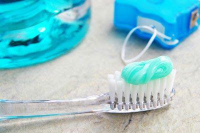 La caries es una enfermedad que destruye los tejidos del diente, a consecuencia del estilo de vida y errores en las técnicas de higiene. Si no se trata a tiempo puede dañar el diente y matar el nervio. El tratamiento más adecuado es la endodoncia o extracción dental.