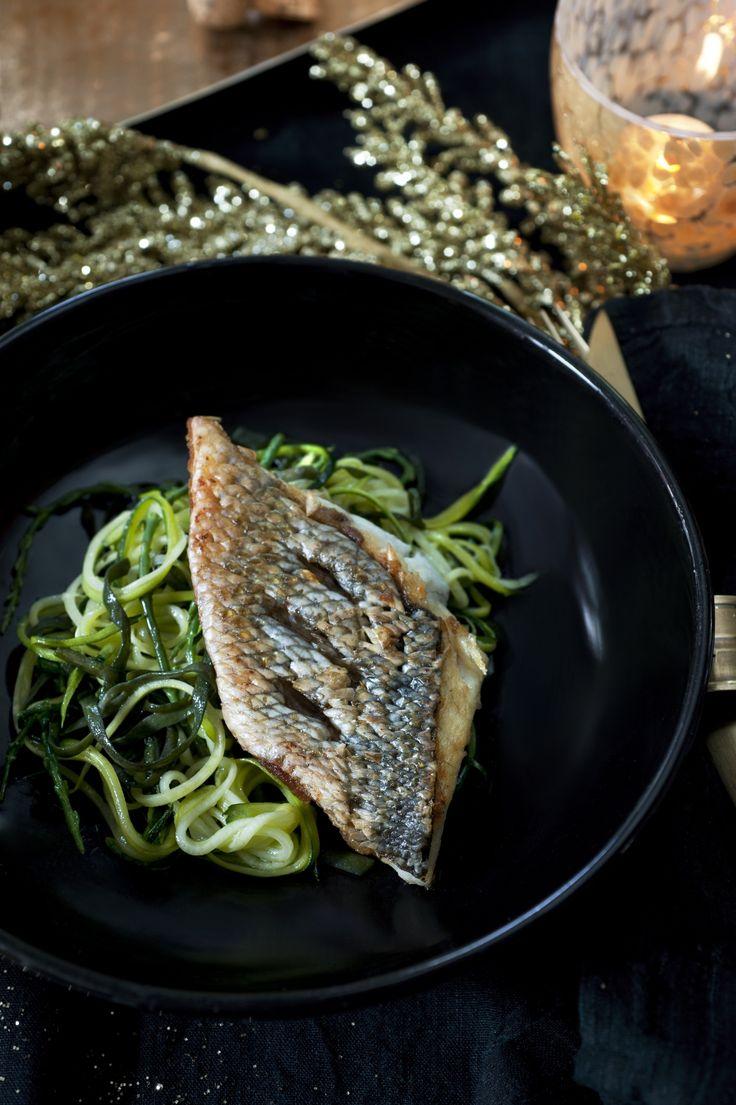 Recept van Pascale Naessens: Zeebaars met courgetteslierten, zeekraal en zeespaghetti - Libelle Lekker