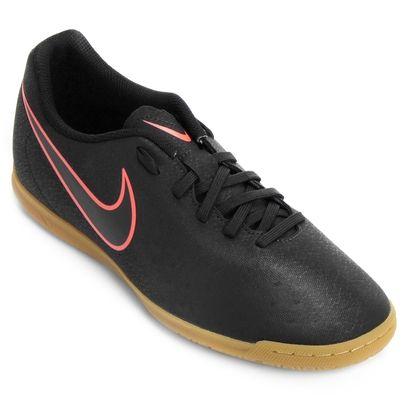 Mostre sua habilidade dentro das quadras com a Chuteira Nike Magista Ola II IC Futsal Preto. Pedida certa para os boleiros criativos e que prezam por mais controle de bola. | Netshoes