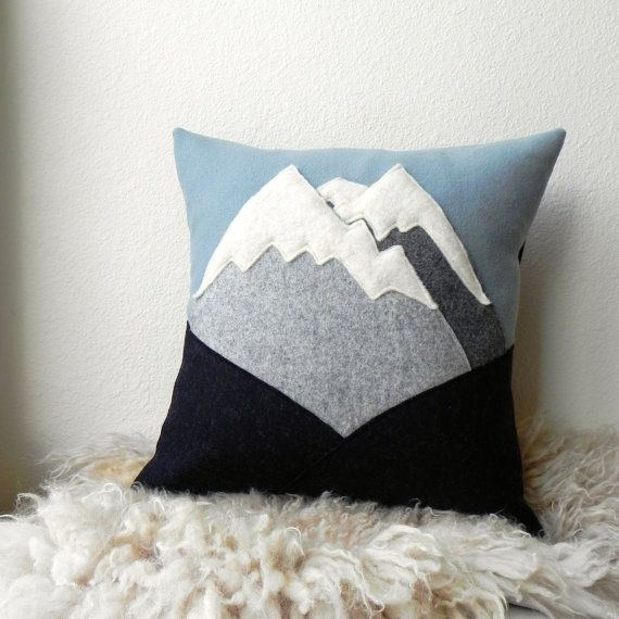 MT Rainier / / montagne laine coussin par ThreeBadSeeds sur Etsy, $98.00