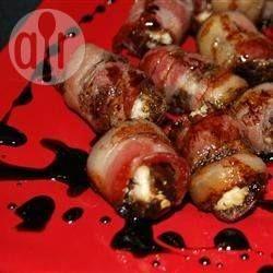 Bouchées de dattes farcies au chèvre, enrobées de bacon @ qc.allrecipes.ca
