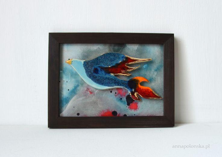 """""""Obraz z ceramicznym ptakiem VII"""", 21,5x27,5 cm; Ceramiczny obraz jest unikalną dekoracją wnętrza.  Obraz łączy w sobie różne techniki.  Element obrazu – biała glina ceramiczna;  Tło – tusz/akryl na papierze; zabezpieczone szklaną szybką."""