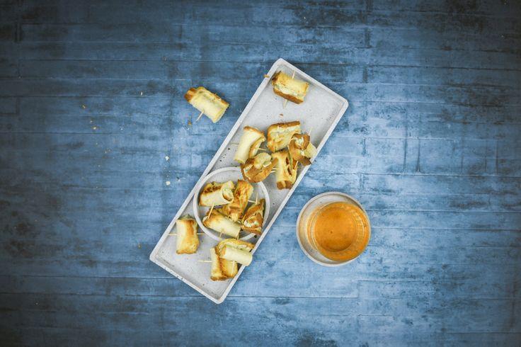 Выпекаем в кастрюле! Легкий и быстрый рецепт за 15 минут: сырные роллы!  #рецепт #AMCrecipe #выпечка  Сырные роллы На 4 персоны  ИНГРЕДИЕНТЫ 12 кусочка хлеба 1 зубчик чеснок 3 ст.л рикотты 80 гр сыр с голубой плесенью Соль, перец  ПРИГОТОВЛЕНИЕ 1.  Разделите кусочки хлеба. Раскатайте хлеб скалкой. 2.  Почистите чеснок, мелко порубите. Смешайте все с рикоттой и сыром, приправьте солью и перцем. 3.  Намажьте немного сырного крема на полосках хлеба, сверните, закрепите зубочистками. 4. …