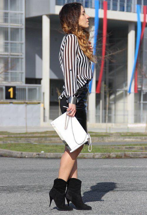 La falda lapiz. La elección que más éxito tiene porque ayuda a estilizar es en negro y con acabado en cuero o polipiel. Combinable 100 %.