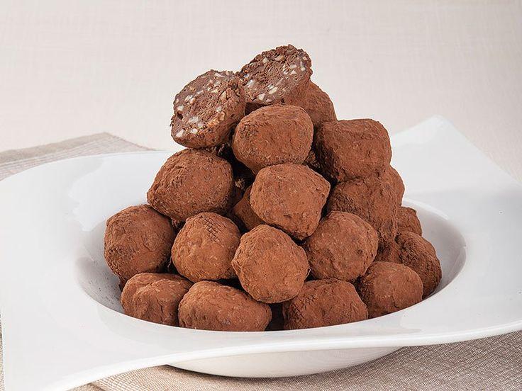I tartufi di cioccolato di Luca Montersino sono una vera golosità per tutti gli amanti dei dolci e, in particolare del cioccolato. Lo chef Luca Montersino ci prepara dei golosissimi tartufi di cioccolato con nocciole in granella, un piacevole lusso in formato mignon. Tartufi di cioccolato: i consigli dello chef Se il cioccolato indurisce troppo…