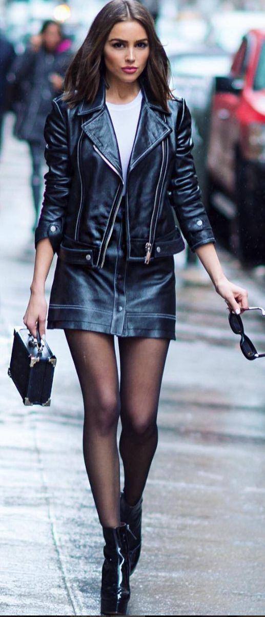 Olivia Culpo, jaqueta de couro, saia de couro, meia calça preta, botinha, ankel boot preta