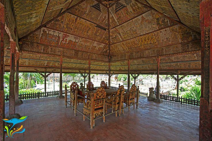 Bagian dalam Paviliun Kerta Gosa, kursi tempat pelaksanaan fungsi pengadilan adat di masa penjajahan masih tertata lengkap.