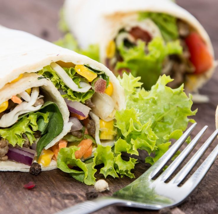 Dieser Dinkel-Wrap mit Hackfleisch, Mais, Tomate, Karotte und Salat so wie viele weitere gesunde Wrap-Rezepte zum Mitnehmen findest Du auf Vitalkochen.
