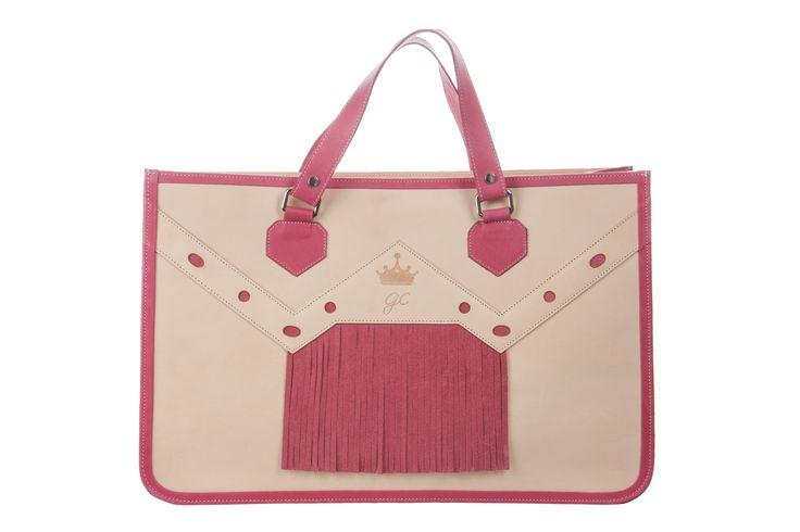 Modelo flecos serraje tono rosa #moda #bolsos