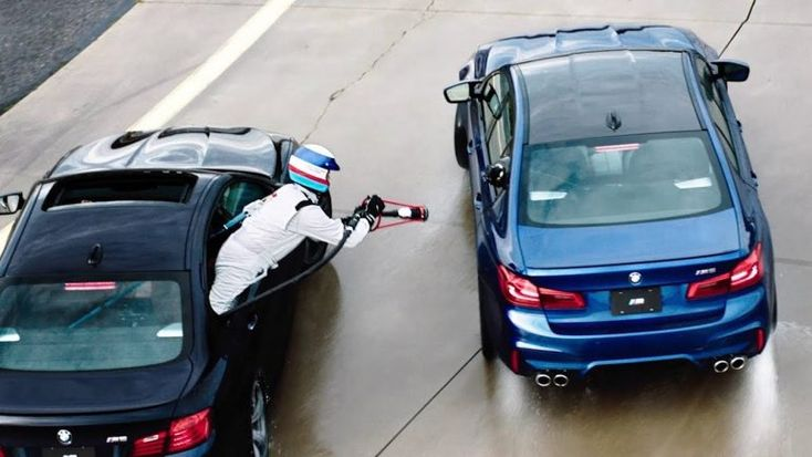 A BMW bateu o recorde mundial de drift, percorrendo 374 km em oito horas, sempre atravessado. O mais difícil foi reabastecer em andamento. E houve toques - muitos toques, e risco de incêndio. http://observador.pt/2018/01/10/374-km-a-andar-de-lado-foi-facil-mas-reabastecer/