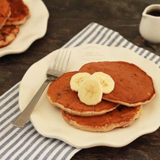 Deze banaan chocolate chip pancakes, de luchtige, dikke Amerikaanse pannenkoeken zijn een feestje om je dag mee te beginnen!