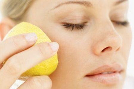 МАСКА: Лимонный сок (1 ст ложку) смешать со сметаной (2 ст ложками).