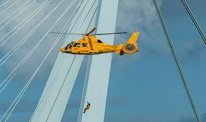Actie met een SAR helikopter bij de erasmusbrug tijdens de wereldhavendagen in rotterdam