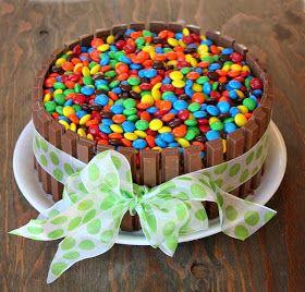 Um passo a passo que é uma delícia! O bolo do acampamento do João foi todo decoradao com o chocolate KIT KAT e M&Ms coloridos. É muito fáci...