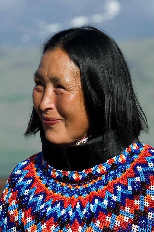 Inuit-Frau in Landestracht Narsausua, Grönland
