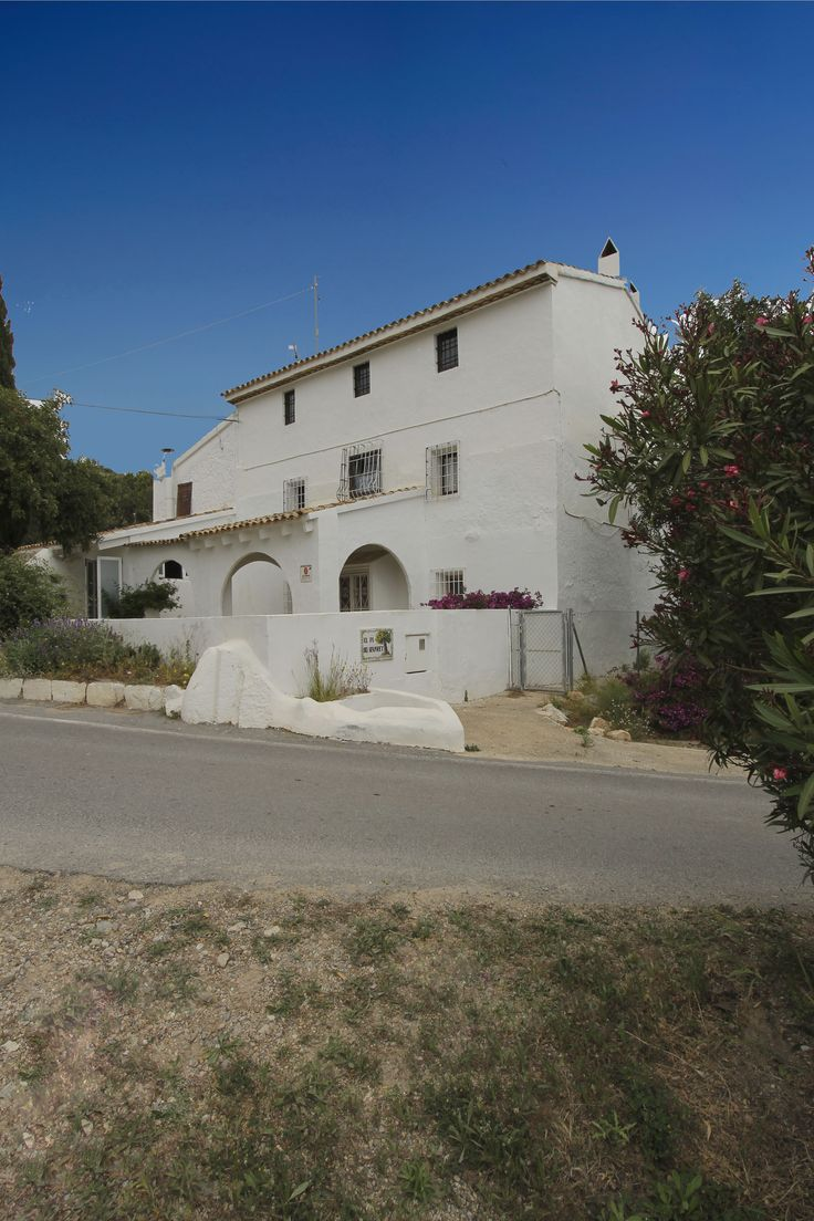 "Emblematic country house for sale in Altea. House ""El Pí del Senyoret"" ... A house with a lot of history that has worked for years as a rural hotel and restaurant. The name refers to an old family of landowners. In its plot we find the second largest cataloged tree of its species (pinus pinea) in the Valencian territory. An unique property surrounded by nature and situated a few steps from the picturesque village of Altea"