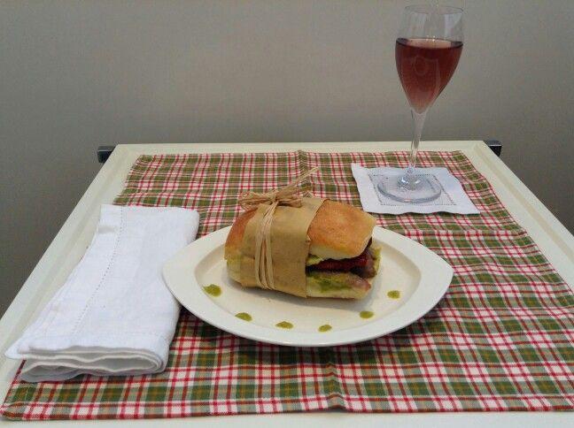 Panino con crema di piselli, salsiccia e pomodori secchi