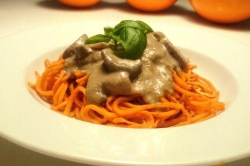 Süßkartoffel Spaghetti mit Mandel-Pilz-Soße