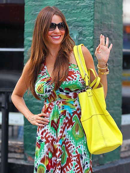 Sofia Vergara:Boldly Floral! THE BAG LOOK AT THE BAG!! shes typical Colombiana, I have many friends from Colombia and shes like so many they are all beautiful! ALL OF THEM THE MEN THE WOMEN WOW