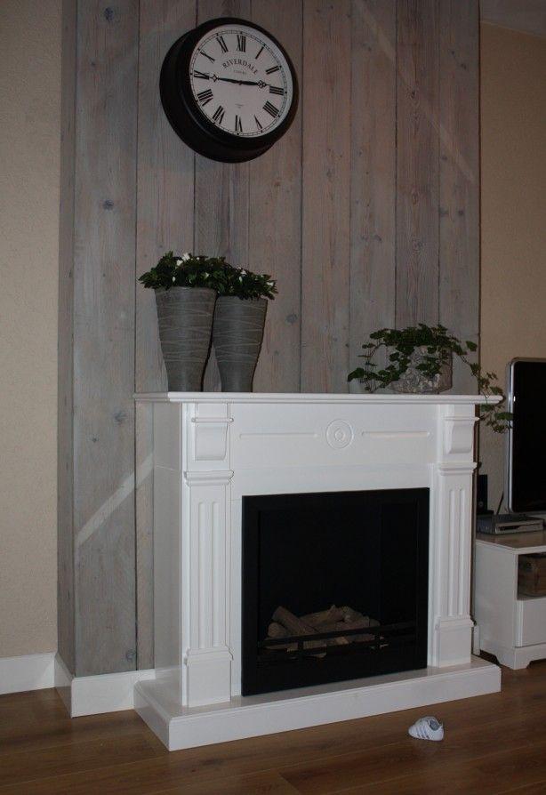 Witte schouw voor een vergrijsd steigerhouten paneel.