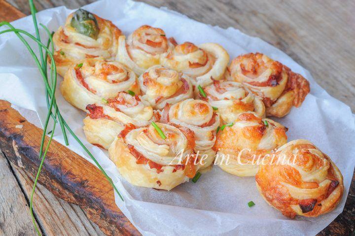 Albero di Natale con rose di pasta sfoglia, farcito al prosciutto e formaggio, ricetta facile, veloce, antipasto sfizioso, ricetta salata, finger food con salumi
