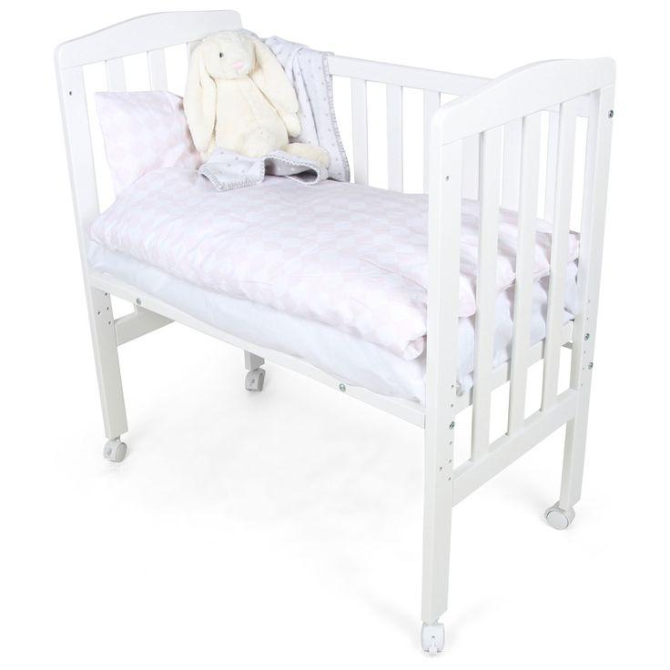 JLY Bedside Crib Dream Vit är ensnygg och smart spjälsäng i skandinavisk design. Spjälsängens sida kan avmonteras och ställas brevid sängen för att du ska känna tryggheten av att ligga nära ditt barn. Med ett praktiskt band kan du låsa fast spjälsängen i din säng för att vara säker på att den inte glider iväg. Den står på fyra hjul som gör att den är lätt att flytta omkring. Hjulen kan både låsas och plockas av. Höjden på sängbotten är justerbar så att du kan anpassa den efter storleken på…