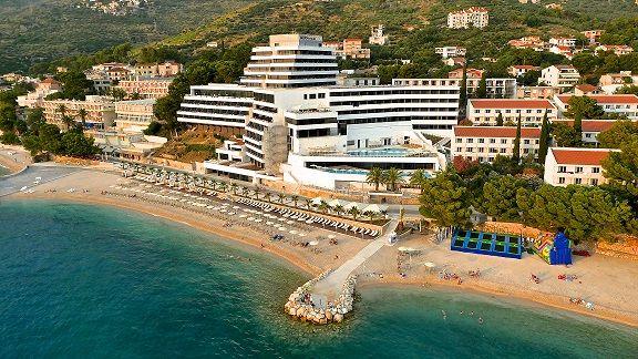 Hotel Medora Auri ist der perfekte Startpunkt um die umwerfende adriatische Küste zu entdecken. Vom Ausblick über das goldene Meer sind es nur wenige Schritte bis an den goldenen Strand. https://medorahotels.com/de/medora-auri-family-beach-resort/