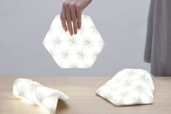 Le studio de design suisse/espagnol Kawamura Ganjavian, présenté à deux reprises dans le Journal du Design et devenu célèbre grâce à son Ostrich Pillow, signe son retour avec un concept super pratique !  Kangaroo Light est une lumière souple, portative, qui brille et qui a pour but d'éclairer le fond de nos sacs. Imaginée en collaboration avec le centre d'innovation de l'Université de Bangor en Angleterre, l'objet tire son nom de la poche de kangourou.