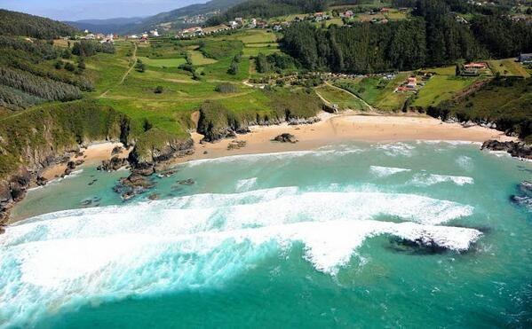 Playa Porto Carrizo, en ella se celebra el campeonato mundial de surf. pic.twitter.com/LdU1mYiqIo