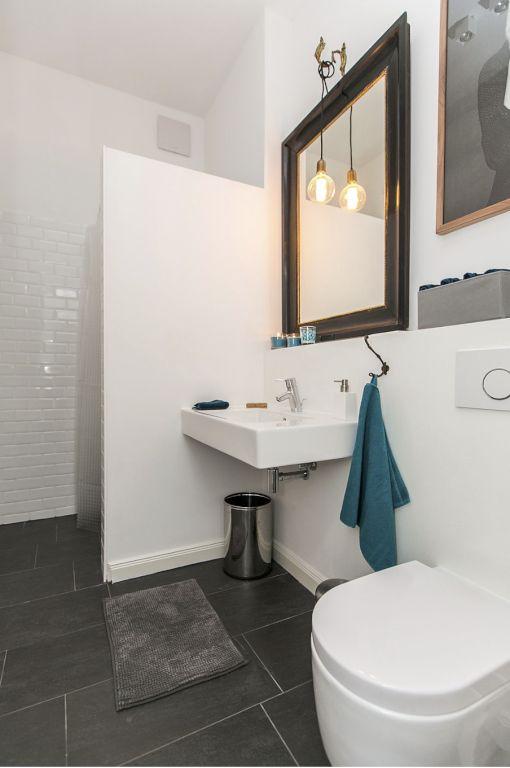 Hochwertig Eingerichtetes Badezimmer Mit Goldrandspiegel, Weiß Gefliesten  Wänden Und Einrichtung Sowie Schwarzen Bodenfliesen. #