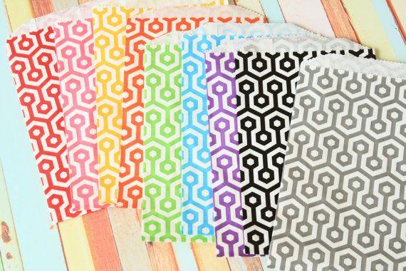 100st honingraat ontwerp papieren zakken perfect voor partijen, gunsten, bruiloft cadeau verpakken beschikbaar in andere ontwerpen  + materiaal: papier + grootte: 5x7.5  + gewicht: 250g + hoeveelheid: 1 set/100st + kleur: als fotos  ❤ landelijke stijl? shabby chic? Raadpleeg onze andere objecten te koop