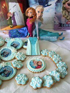 fotografías de galletas decoradas en blanco y azul con temática de la película Frozen