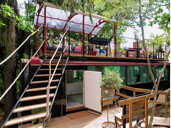(www.airbnb.it)Un vecchio autobus trasformato in appartamento. Due letti con vista sul parco. (www.airbnb.it) prevnext (www.airbnb.it) Al piano superiore del mezzo c'è un terrazzo all'aperto. Per una vacanza romantica e fuori dal comune. Si prenota qui: https://www.airbnb.co.uk/rooms/3088767
