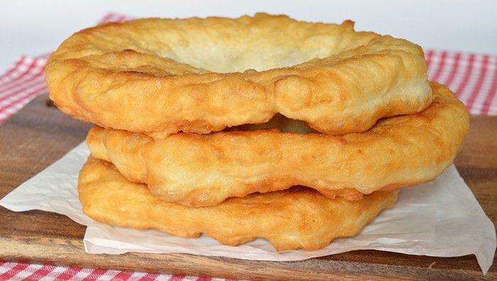 Langoše jsou velmi oblíbené jídlo snad v každé domácnosti. Česnek, kečup, tatarská omáčka a nastrouhaný sýr. Mňamka!