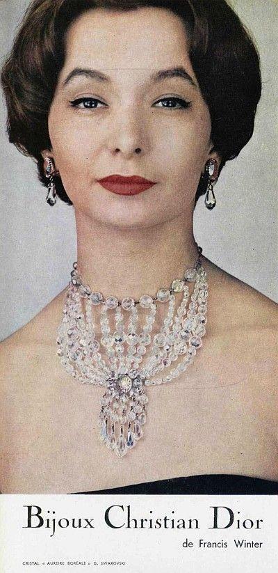 Kolekcja Christiana Diora przygotowana w latach 1950 przy współpracy jubilera Francisa Wintera oraz firmy Swarovski. Po raz pierwszy wykorzystano kryształy z efektem Aurora Borealis. Poznajcie historię najpopularniejszego koloru w kolekcji Swarovskiego: http://www.arande.pl/blog/swarovski-aurora-borealis/