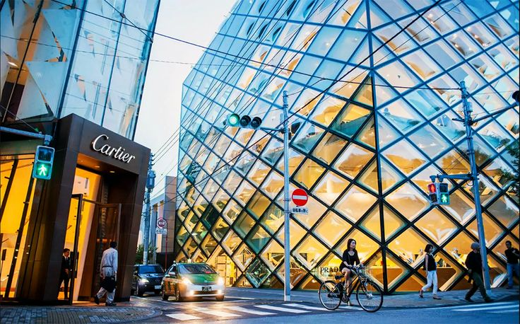 PRADA STORE DI TOKYO ARSITEKTUR YANG MENGAGUMKAN   ARTFORIA.COM  Berita Arsitektur Jepang – Jalan Besar Omotesando di Tokyo merupakan sebuah catwalk yang menakjubkan untuk bagi para kelas fashion kontemporer, dan pecinta arsitektur, Ketika anda sudah berpikir tidak ada lagi settingan toko yang lebih dari mengesankan di daerah itu, maka kalian pasti akan terkesan dengan toko utama Prada di sana.